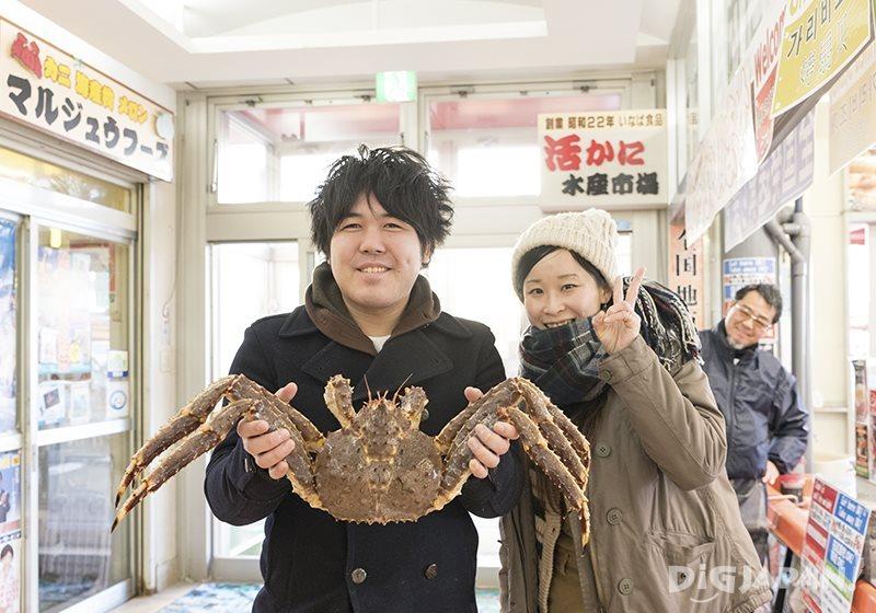函馆早市部分店铺可以拿螃蟹拍照