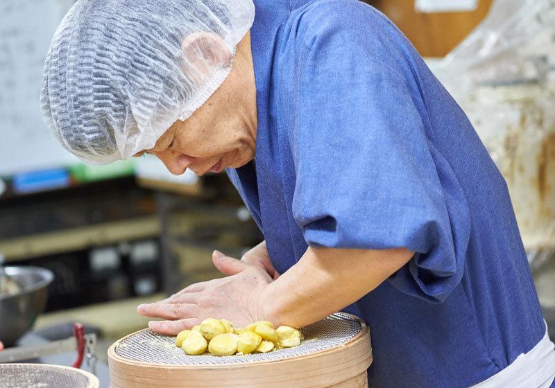 Chikara Mizukami, owner of Ikkoan, making wagashi or Japanese sweets