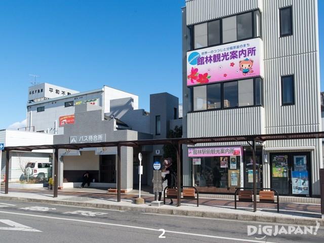 มารอรถบัสที่ป้ายตรงข้ามสถานีรถไฟ นั่งรถบัสสาย Tatebayashi Itakura