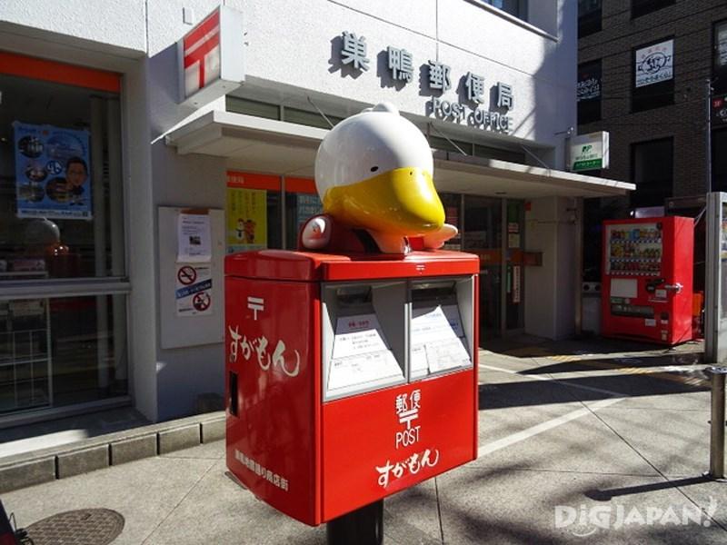 巢鸭邮局前的鸭子邮筒