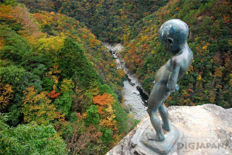 Iya Valley the Statue of the Peeing Boy