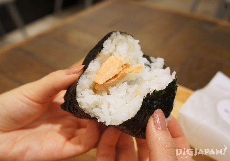 SALON GINZA SABOU_鮭魚和麻油的御飯糰