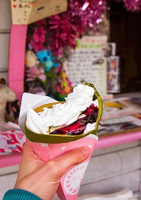 抹茶可丽饼卷上蓝莓、奶油和鲜奶酪(400日元)