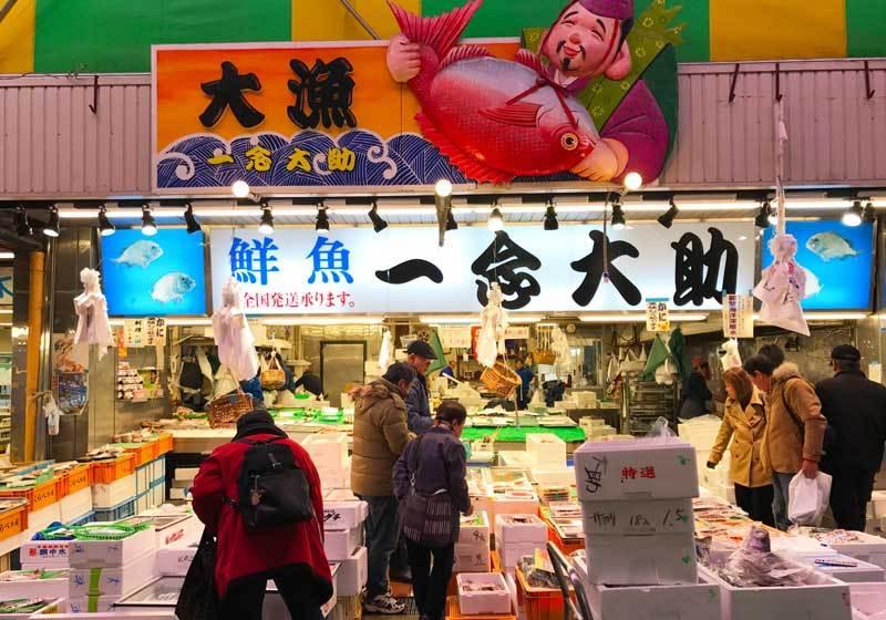 ร้านขายซีฟู้ดภายในตลาด