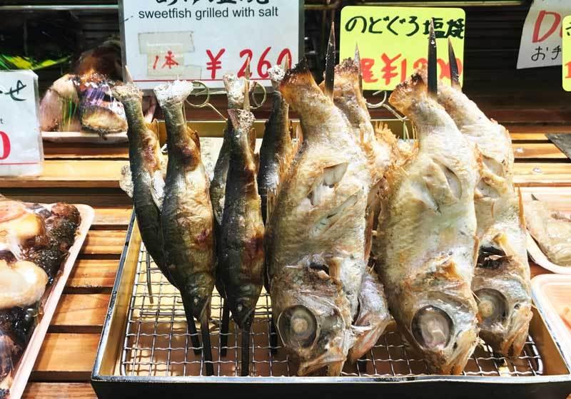 ปลา Nodoguro ย่างเกลือ ทานไปเดินชมตลาดไป สนุกสุดๆ