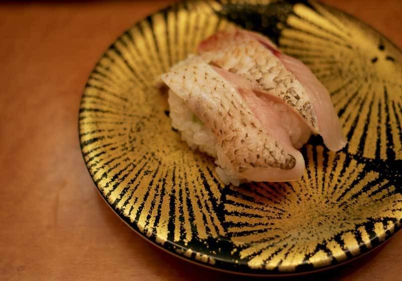 ซูชิหน้าปลา Nodoguro สามารถหาทานได้ที่ร้านซูชิเวียนเช่นกัน