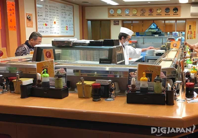 시장 내의 인기 회전초밥집 '오오쿠라(大倉)2