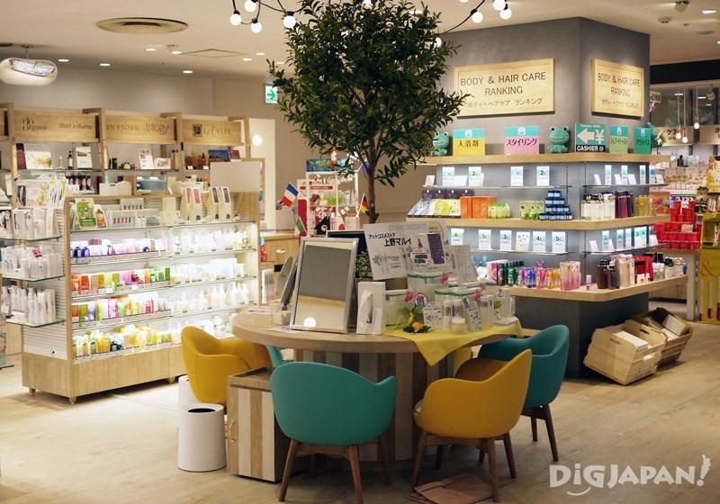 實體店內設有專門的試妝櫃檯