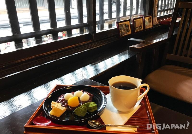 ชุดของหวานพร้อมเครื่องดื่ม ราคา 1,100 เยน