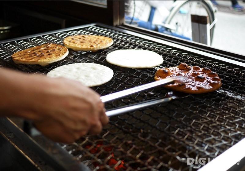 Hand-grilled senbei 250 yen