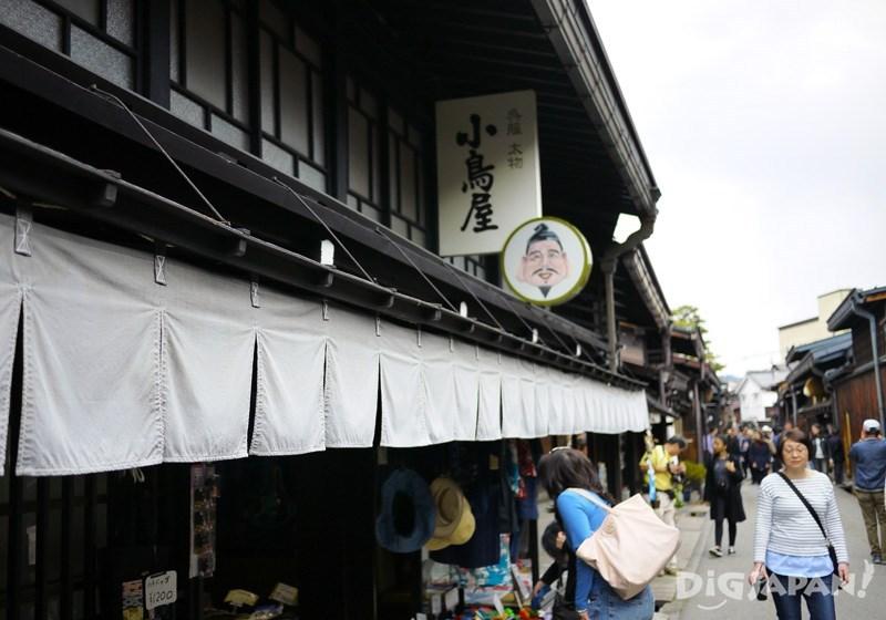 ร้านเก่าแก่เรียงรายสองข้างถนน