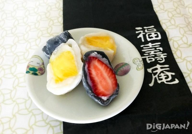 Pineapple daifuku 200 yen, black strawberry daifuku 270 yen