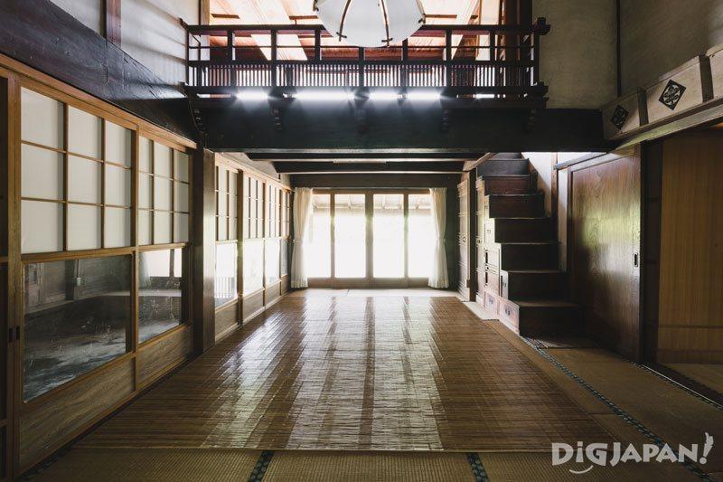箪笥階段や二階の高欄の美しさは古民家の魅力