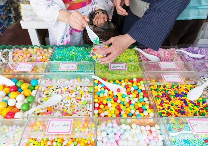 多樣糖果依喜好裝入盒內-菓子屋橫丁