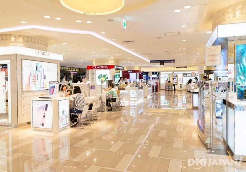 化妝保養品樓層明亮寬敞且專櫃品牌眾多