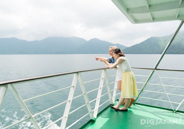 中禪寺湖機船景色格外特別
