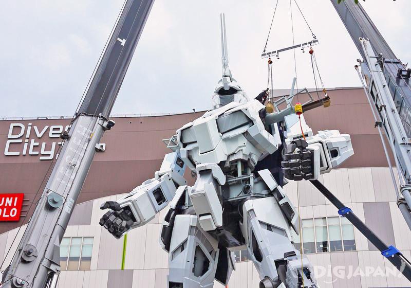 工作人員鉆進獨角獸鋼彈機體施工