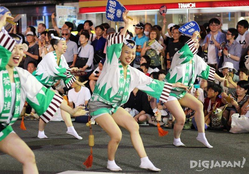 Japanese girls dancing otoko odori - Tokyo Koenji Awa Odori 2017