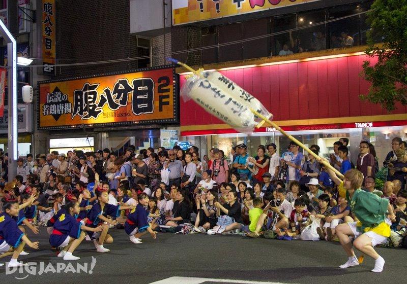 Swinging takahari lantern - Tokyo Koenji Awa Odori 2017