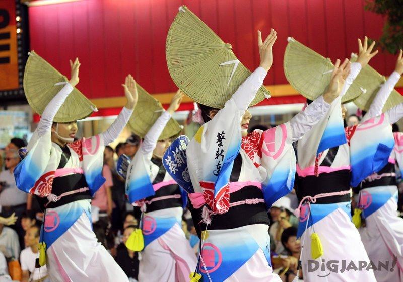 Woman dancers wearing amigasa straw hat - Tokyo Koenji Awa Odori 2017