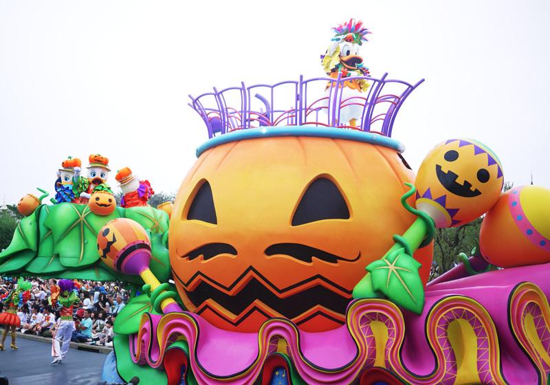 ハロウィーンのかぼちゃをイメージしたフロートの上でドナルドダックがダンス!