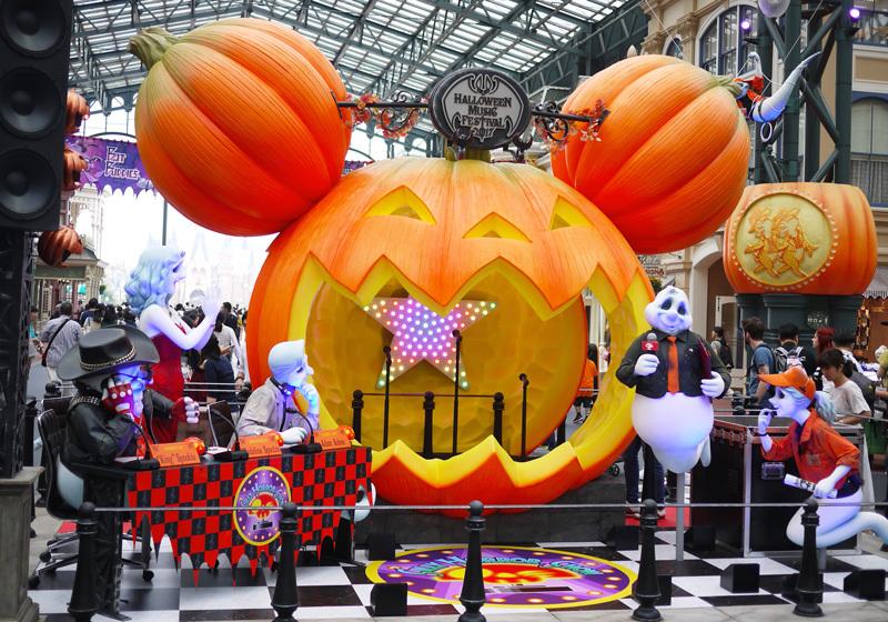 ミッキーの形をした大きなかぼちゃの体験型フォトロケーション