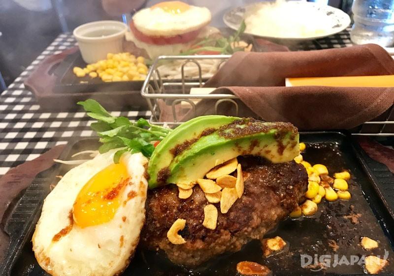 M size的汉堡肉+牛油果荷包蛋+大蒜酱油酱汁+A套餐