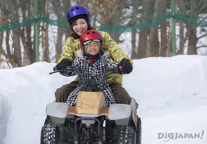 雪上コースで四輪バギー