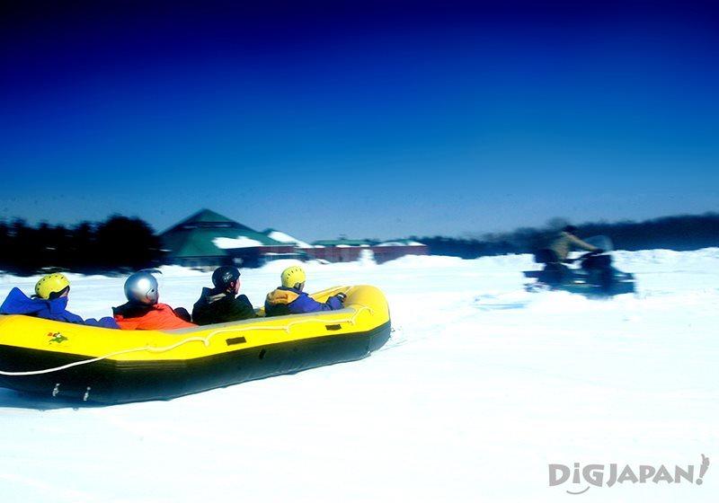 เรือยางลื่นไถล หรือ Snow Rafting