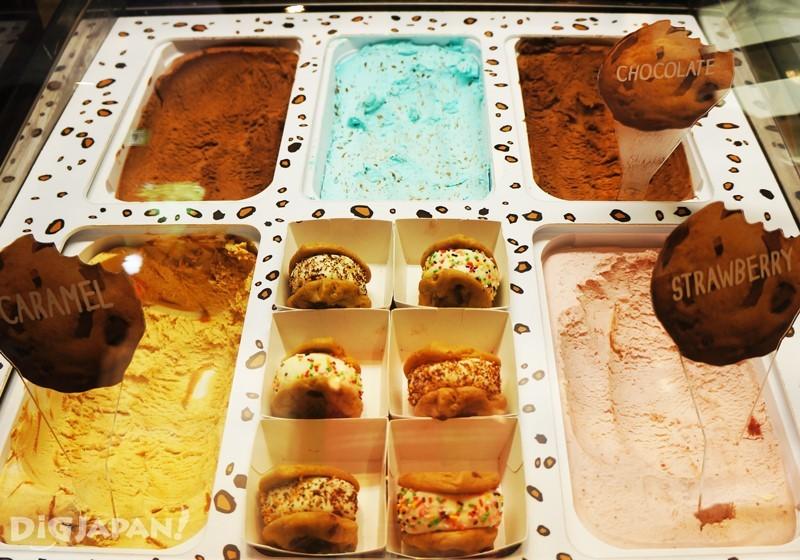 巨人尺寸的可以從9種餅乾中選出兩片後再夾上自己喜歡的冰淇淋