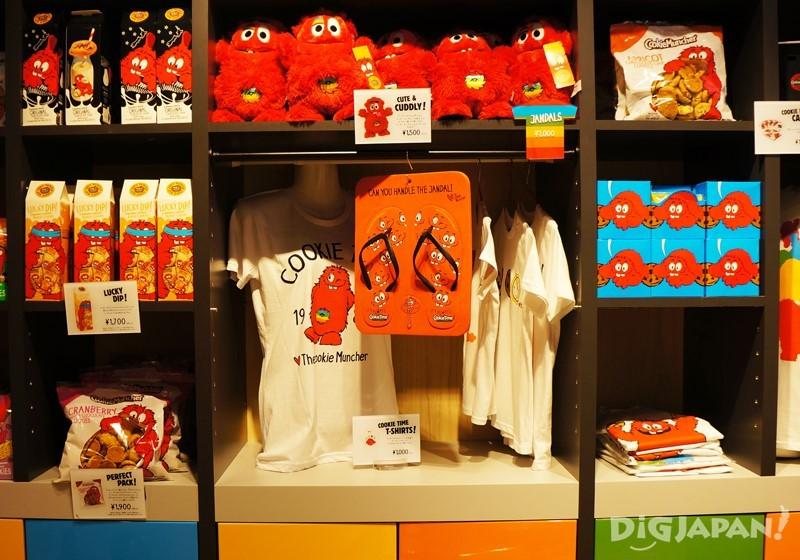 周邊商品區,從玩偶、 T-SHIRT、人字夾腳拖、經典牛奶瓶通通都有