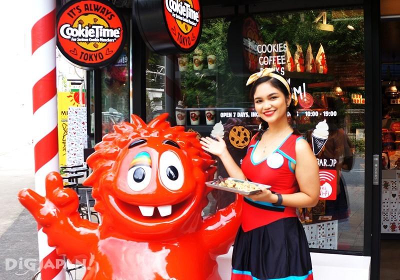 店员Cookie girl拿着现烤的饼干提供试吃