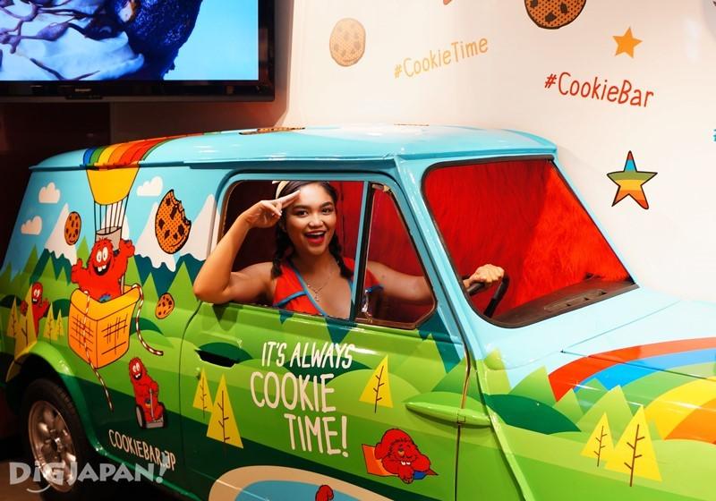 饼干彩绘车可以打开车门坐进去拍合照