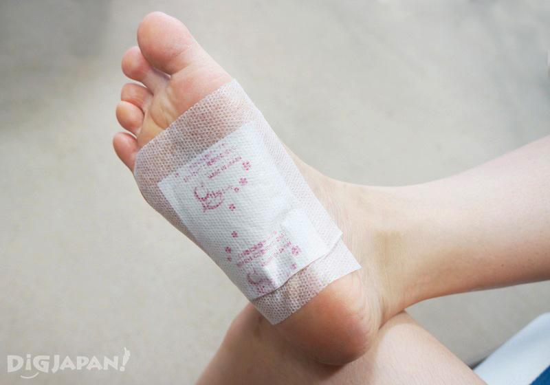 固定好的天然樹液足部貼片貼在腳底中央位置