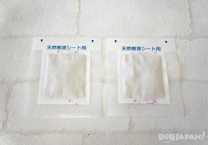 把天然樹液足部貼片黏在固定膠帶的正中央