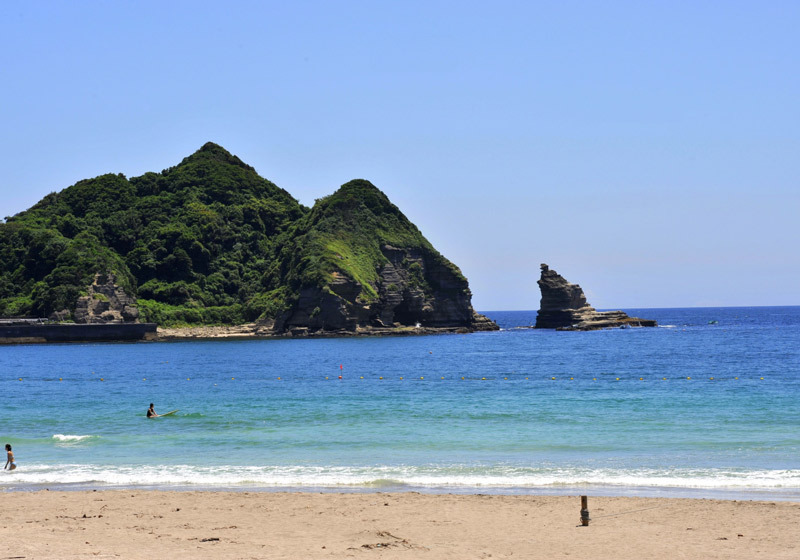 Take a walk around Katsuura's beautiful seaside and go for a dip