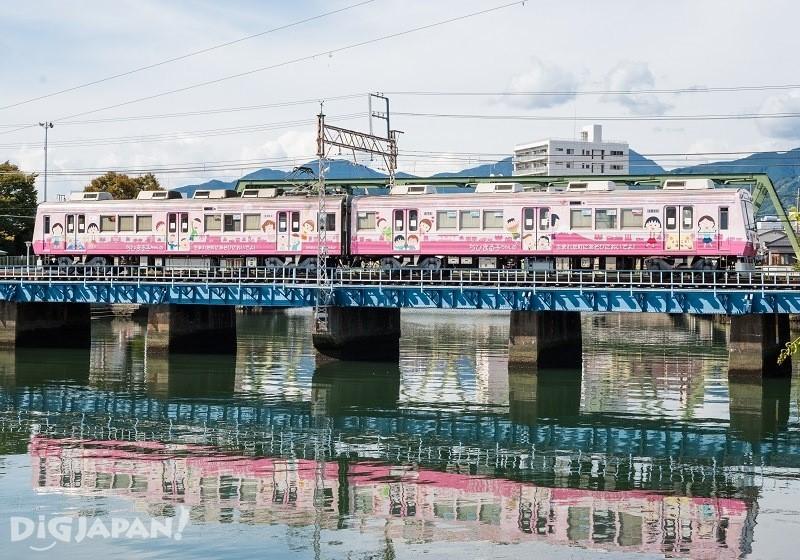 电车驶过河上