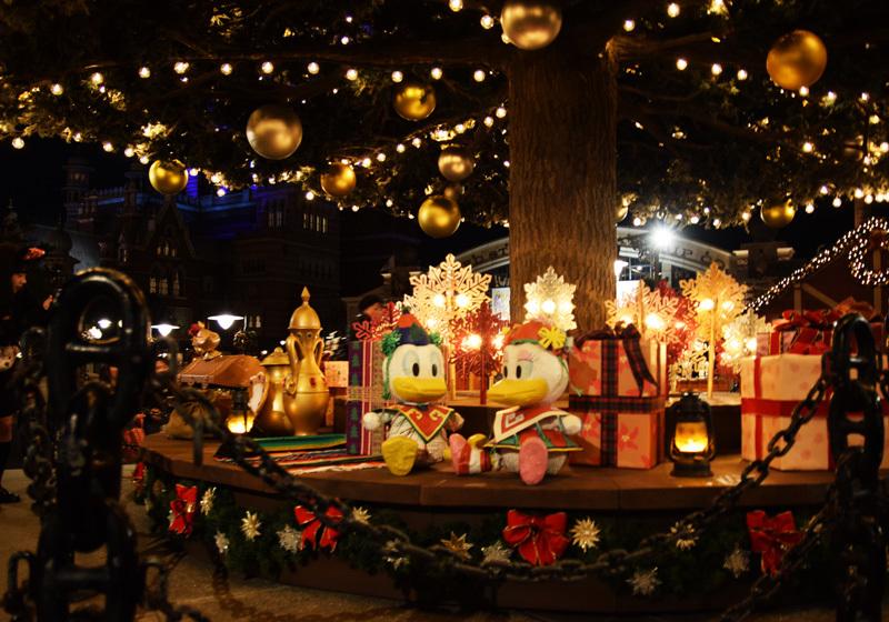 ใต้ต้นคริสต์มาสมีเจ้าโดนัลด์ ดั๊กซ่อนตัวอยู่
