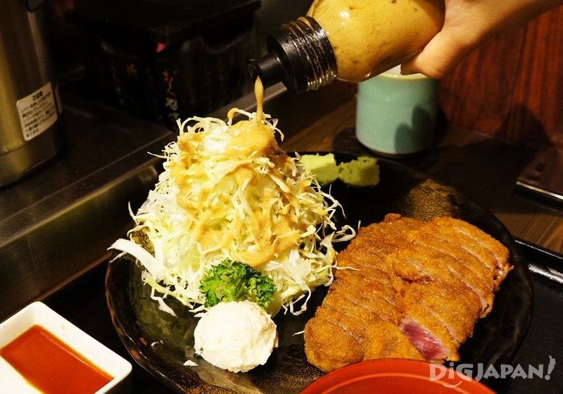 牛かつもと村炸牛排高麗菜沙拉