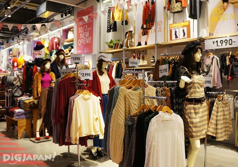右邊是WEGO的原創服飾與配件區