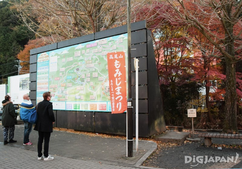 车站前的巨型路牌标示着登山路线