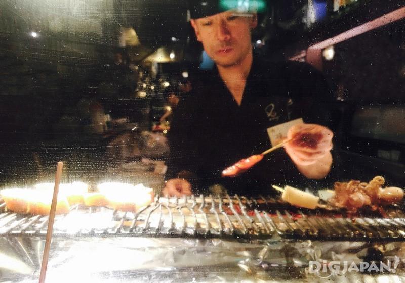 所有的炸串烤串,都由店里师傅操刀