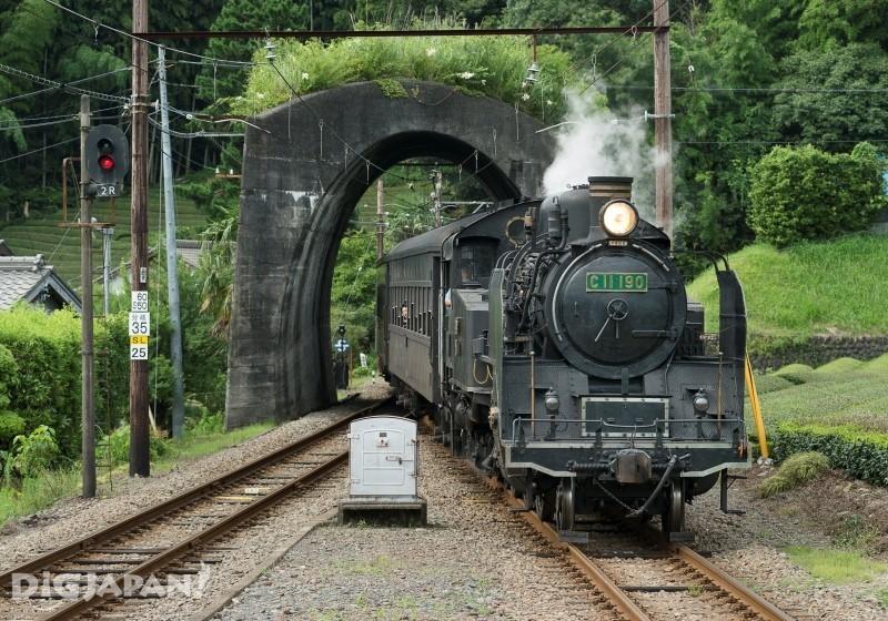 「日本一短いトンネル」をくぐるSL