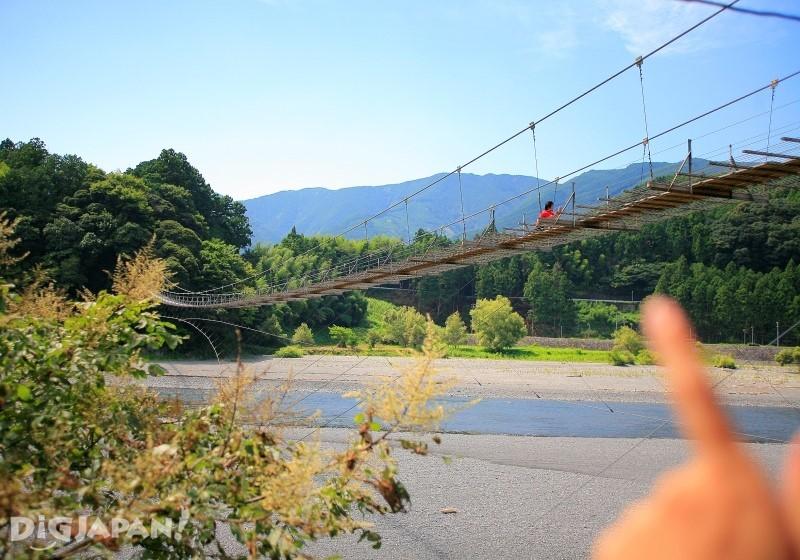 大井川にかかる約220mのつり橋