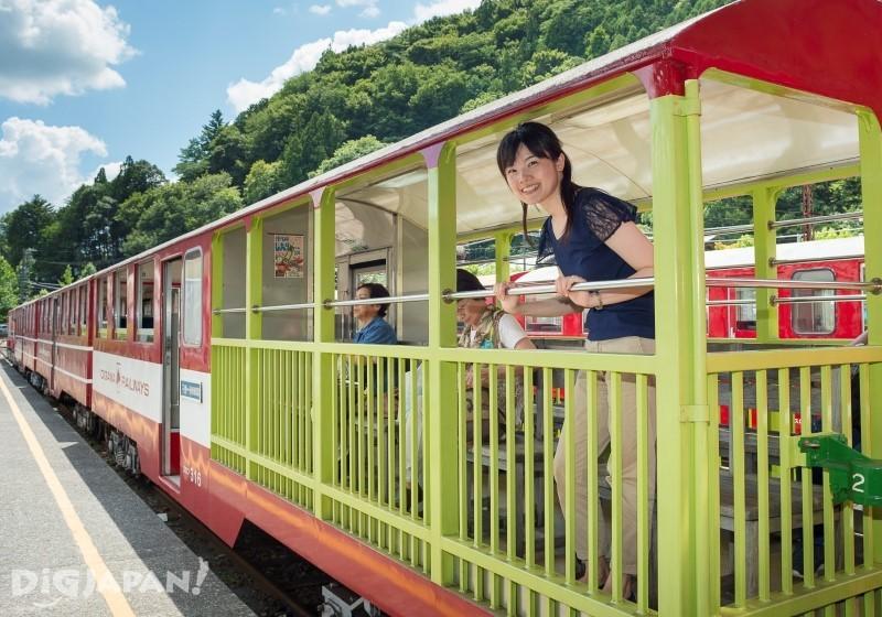 遊園地を走る列車のような展望車両