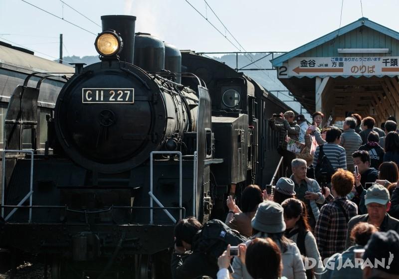 新金谷站的站台蒸汽火车头