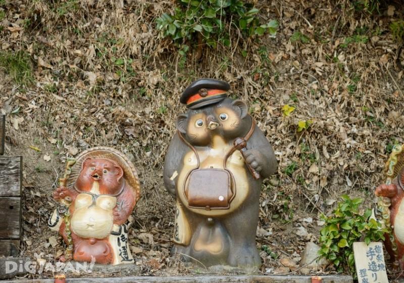 大井川鐵道沿線 車掌姿のタヌキ