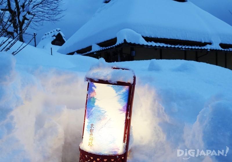 雪地中的民家雪燈籠