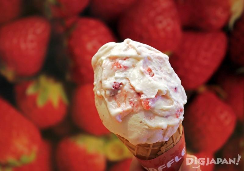Tochiotome milk gelato: 420 yen (waffle cone 30 yen extra)