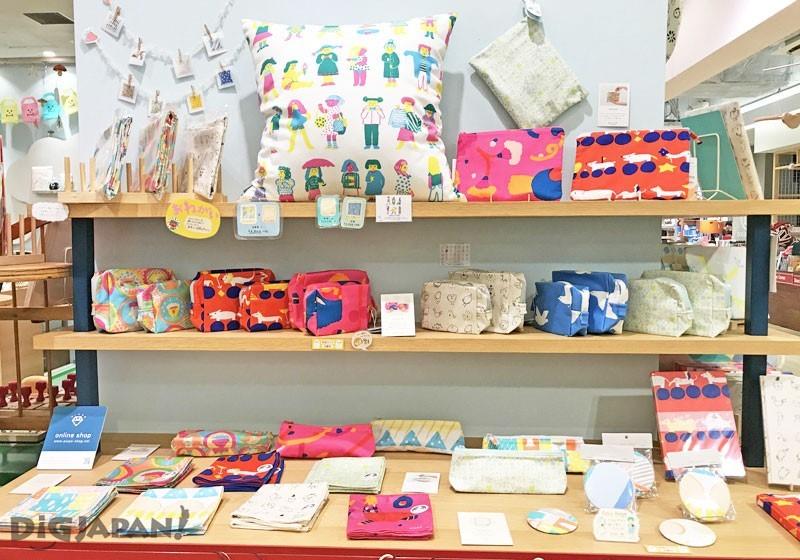 店内的手绘布制商品区
